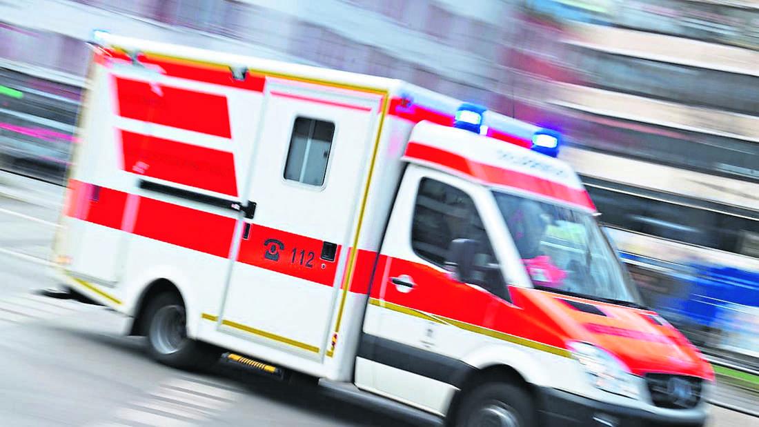 Ein Krankenwagen fährt durch eine Straße (Symbolbild).