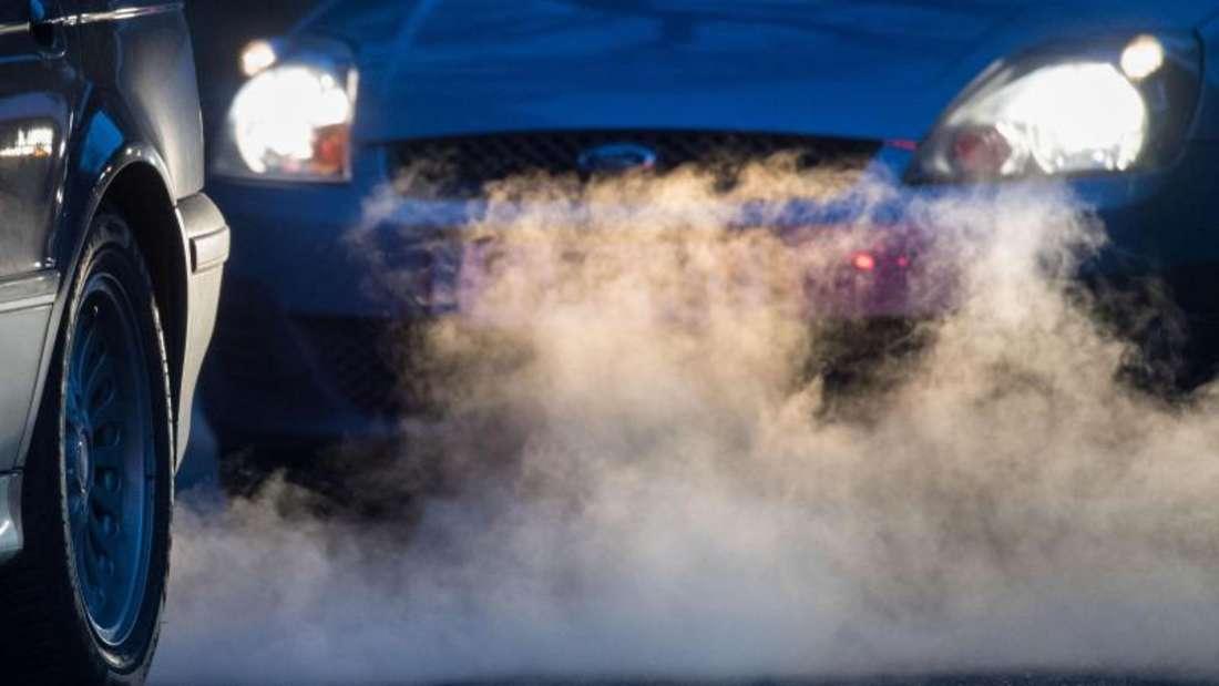 Autoabgase auf der Straße.
