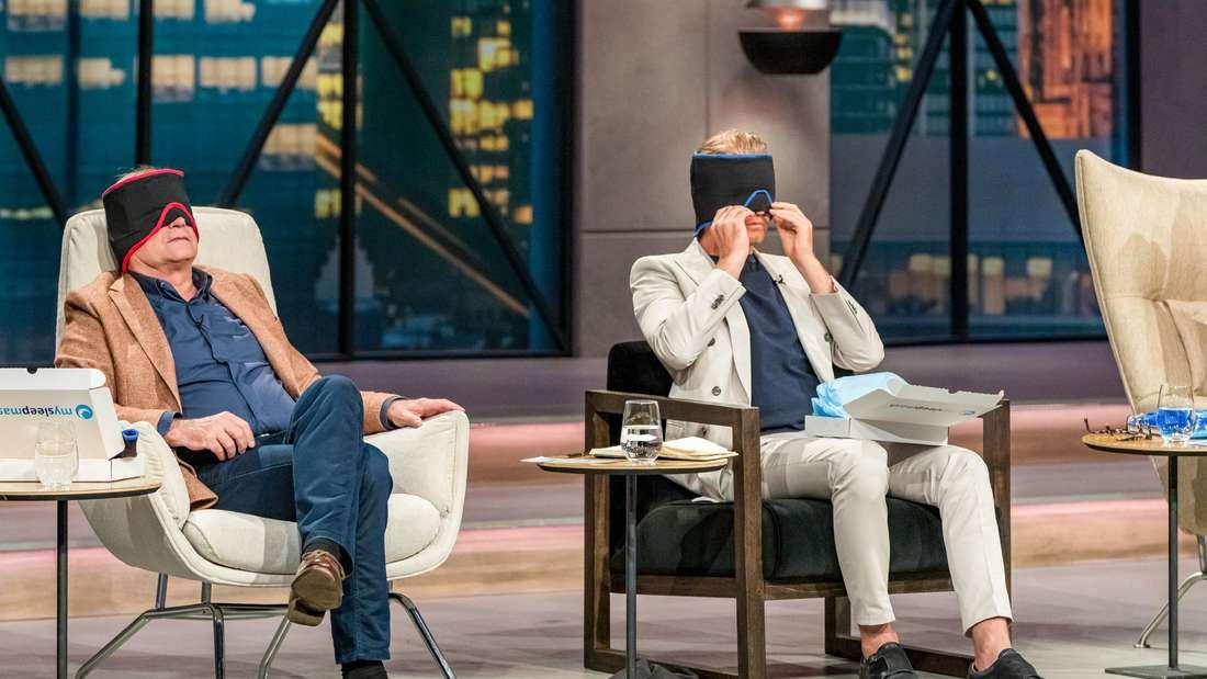 """Dr. Georg Kofler und Nico Rosberg sitzen und tragen """"mysleepmask"""" in der TV-Show """"Die Höhle der Löwen"""" (Vox) (Symboldbild)"""