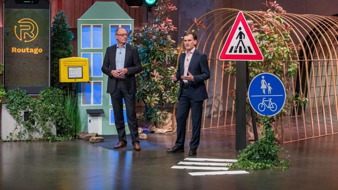 """Stefan Siebert und Gerd Güldenpfennig präsentieren ihr Produkt """"Routago"""" in der TV-Sendung """"Die Höhle der Löwen"""" (Vox)."""