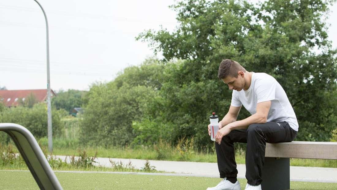 Ein Sportler bereitet sich gedanklich auf eine Übung vor
