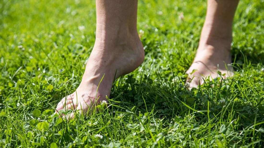 Barfußlaufen kräftigt die Muskeln im Fuß