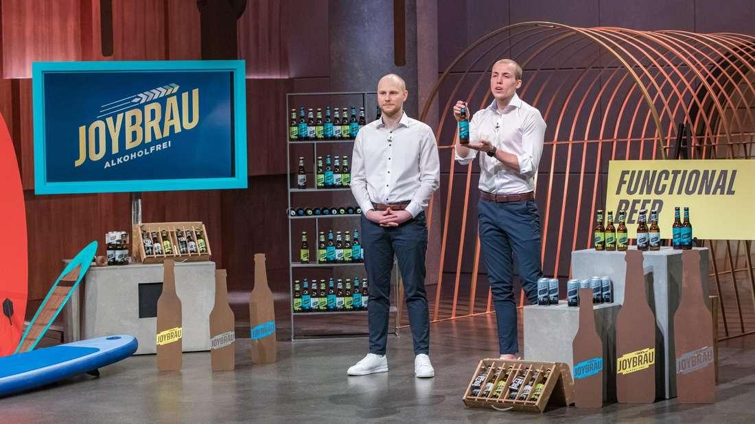 """ErikDimter (links) undTristanBrümmer (rechts) stellen ihr alkoholfreies Protein-Bier """"JoyBräu"""" in der TV-Sendung """"Die Höhle der Löwen"""" vor."""