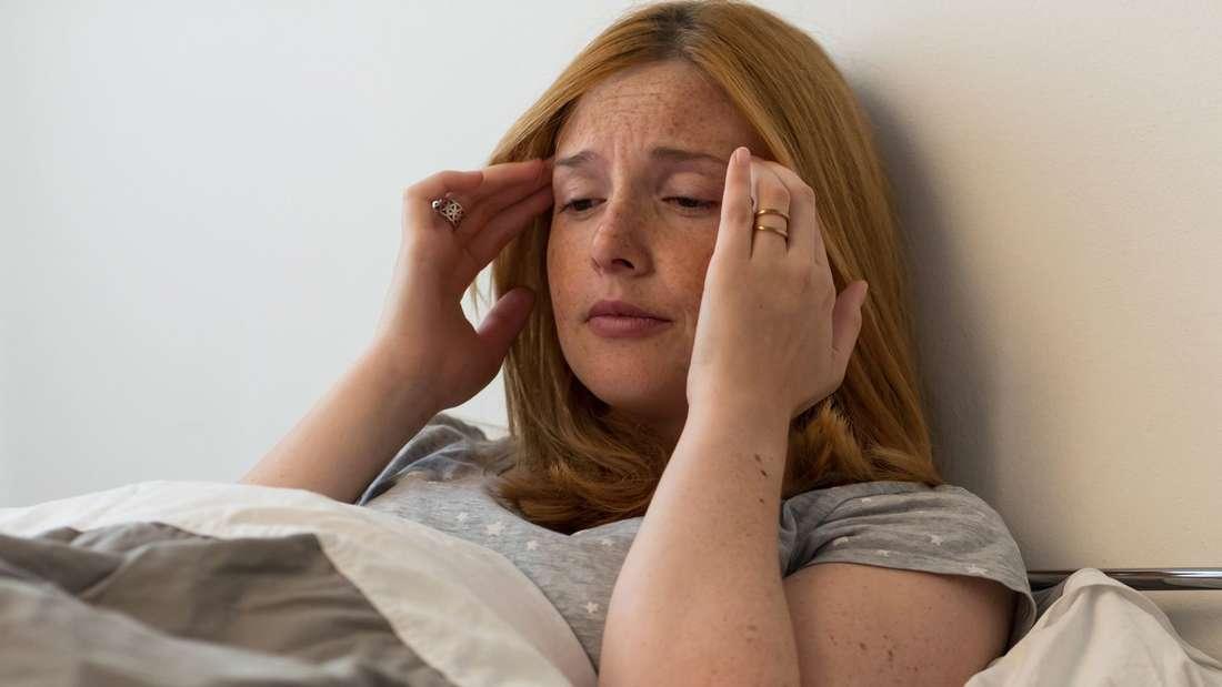 Eine junge Frau hat Kopfschmerzen